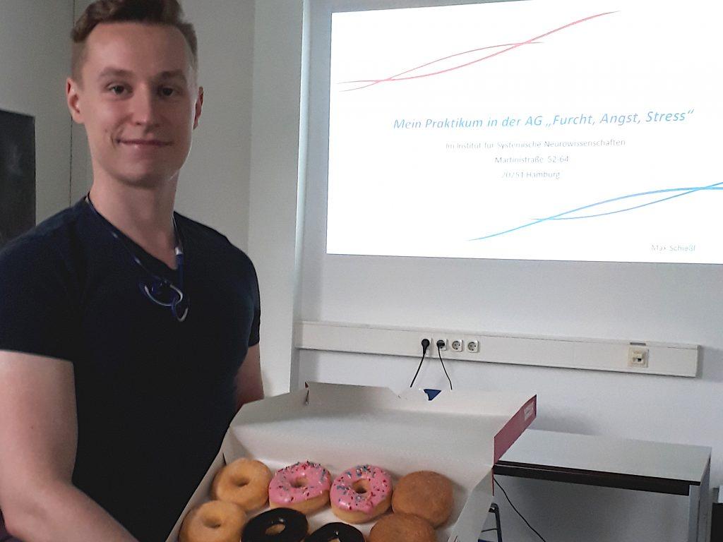 Max_mit_Donuts